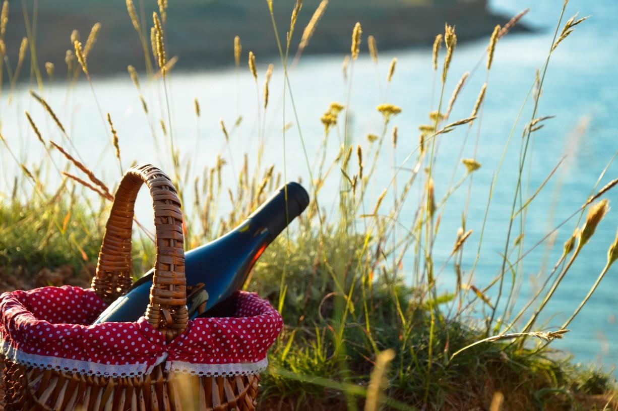 tengerparti piknik a vörös sziklás parton